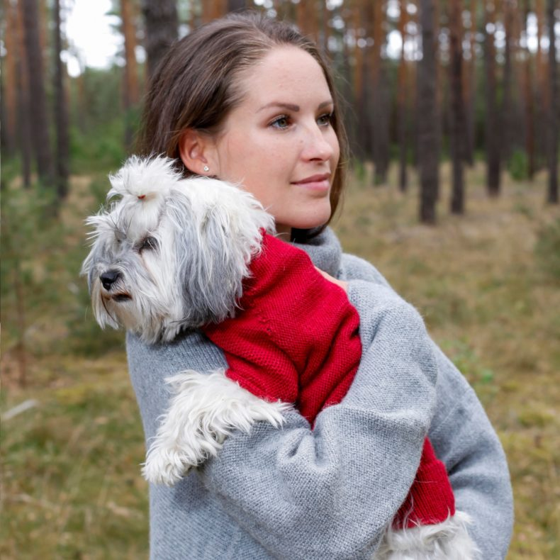 handmade Strickmode partnerlook hundepullover oversizepullover alpaka wolle hellgrau rot fellblick